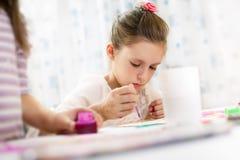 gullig flicka little målning Arkivbild