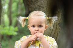 gullig flicka little parkstående Arkivbilder