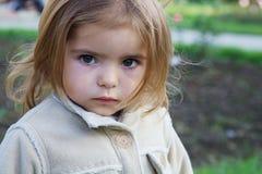 gullig flicka little som är fundersam Arkivfoton