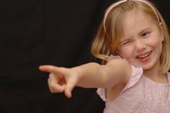 gullig flicka little som pekar arkivbilder