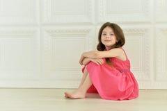 gullig flicka little som poserar arkivfoton