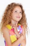 gullig flicka little som poserar royaltyfri bild