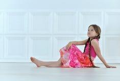 gullig flicka little som poserar Arkivfoto