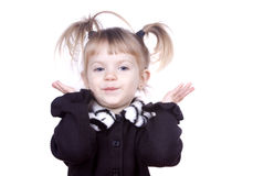 gullig flicka little som rycker på axlarna Fotografering för Bildbyråer