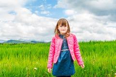 gullig flicka little stående Fotografering för Bildbyråer
