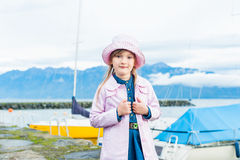 gullig flicka little stående Royaltyfri Foto