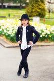 gullig flicka little stående Royaltyfria Foton