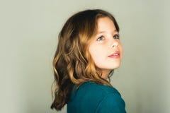 gullig flicka little stående av ett mode för ungebarnflicka arkivbild