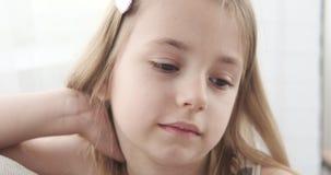 gullig flicka little st?ende arkivfilmer
