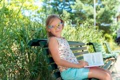 gullig flicka little stående Royaltyfri Fotografi