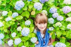 gullig flicka little utomhus- stående Royaltyfri Fotografi