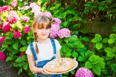 gullig flicka little utomhus- stående Arkivbilder