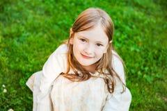 gullig flicka little utomhus- stående Royaltyfri Foto