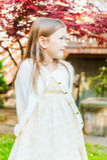 gullig flicka little utomhus- stående Royaltyfria Foton