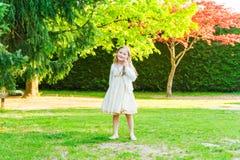 gullig flicka little utomhus- stående Arkivfoto