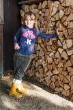 gullig flicka little utomhus- stående Arkivfoton