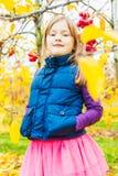gullig flicka little utomhus- stående Royaltyfria Bilder