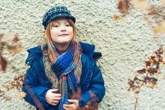 gullig flicka little utomhus- stående Royaltyfri Bild