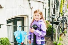 gullig flicka little utomhus- stående Arkivbild
