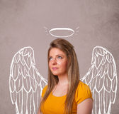 Gullig flicka med ängel illustrerade vingar Royaltyfri Bild