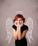 Gullig flicka med ängel illustrerade vingar Arkivbild
