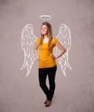 Gullig flicka med ängel illustrerade vingar Arkivfoto