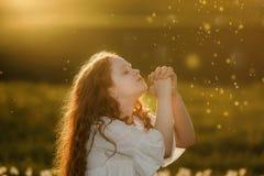 Gullig flicka med att be Fred hopp, drömmer begrepp fotografering för bildbyråer