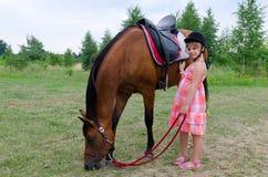 Gullig flicka med den arabiska hästen arkivbilder