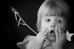 Gullig flicka med den felika wanden Royaltyfri Foto