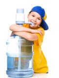 Gullig flicka med den stora vattenflaskan Royaltyfria Foton