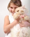 Gullig flicka med en katt royaltyfria bilder