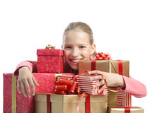 Gullig flicka med gåvor för en radda royaltyfria foton