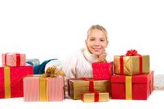 Gullig flicka med gåvor för en radda fotografering för bildbyråer