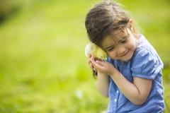 Gullig flicka med hönan Fotografering för Bildbyråer