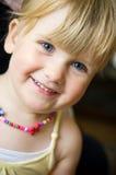 Gullig flicka med halsbandet Arkivbild