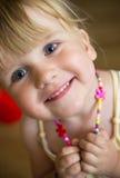Gullig flicka med halsbandet Arkivfoto