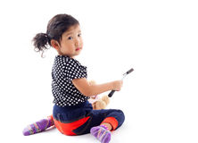 Gullig flicka med hammaren och dockan royaltyfri bild