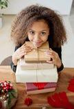 Gullig flicka med julgåvor royaltyfri fotografi