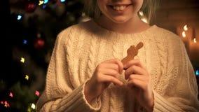 Gullig flicka med kakakaninen som ler att posera på kameran på upplyst bakgrund royaltyfri foto