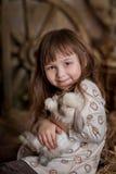 Gullig flicka med kanin Arkivfoton