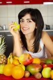 Äta sunt äter frukter Royaltyfri Foto