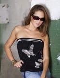 Gullig flicka med solglasögon Arkivfoto