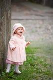 gullig flicka nära den gammala små plattform väggen Royaltyfri Foto