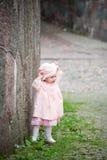 gullig flicka nära den gammala små plattform väggen Royaltyfri Bild