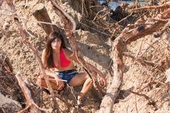 Gullig flicka nära det sandiga berget Royaltyfri Bild