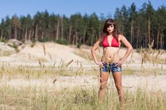 Gullig flicka nära det sandiga berget Royaltyfri Fotografi