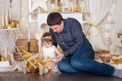 Gullig flicka och en fader med julklappar Royaltyfria Foton
