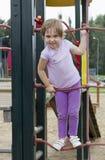 Gullig flicka på lekplatsen Arkivfoton