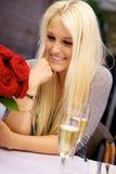 Gullig flicka på restaurang Royaltyfri Foto