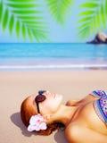 Gullig flicka på tropisk semesterort Arkivbild